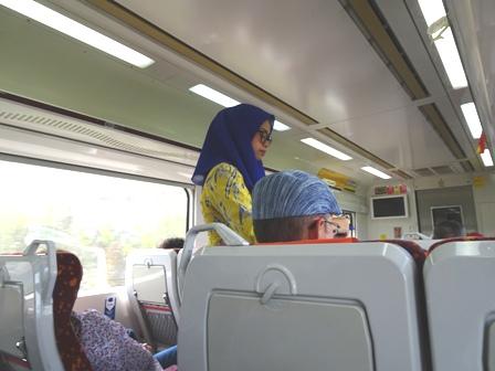 さんマレーシア鉄道の車掌.JPG