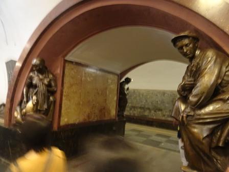 地下鉄の銅像.JPG